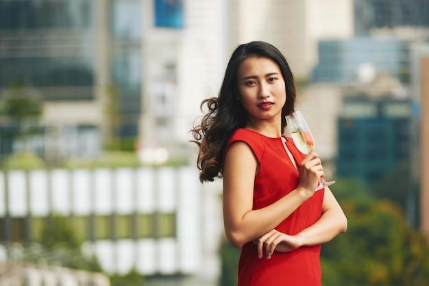 Donna attraente che beve champagne