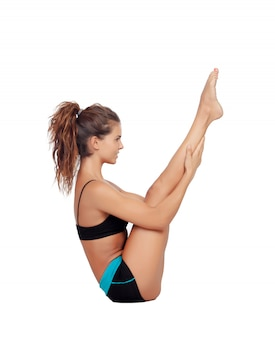 Donna attraente che fa gli esercizi dei pilates isolati su fondo bianco