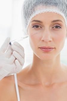 Donna attraente che ha iniezione di botox