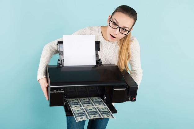 Donna attraente che stampa contanti
