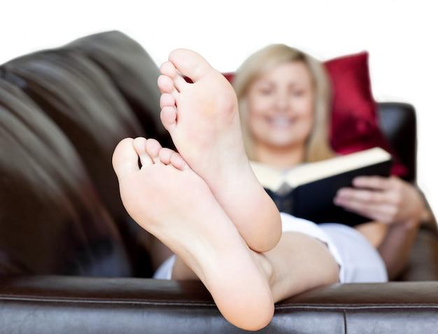 Donna attraente che tiene un libro