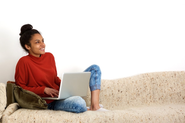 Donna attraente che utilizza computer a casa