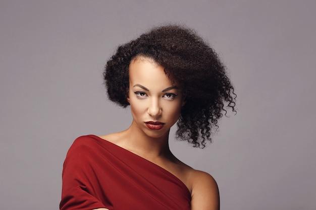 Donna attraente con acconciatura afro