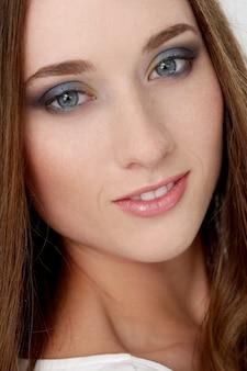 Donna attraente con bel viso