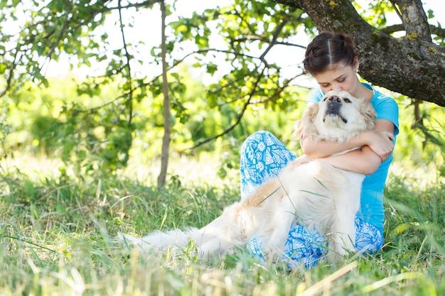 Donna attraente con cane