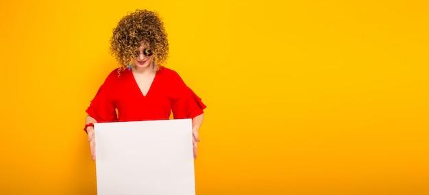 Donna attraente con capelli ricci corti e banner
