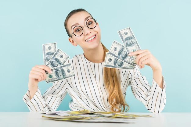 Donna attraente con contanti