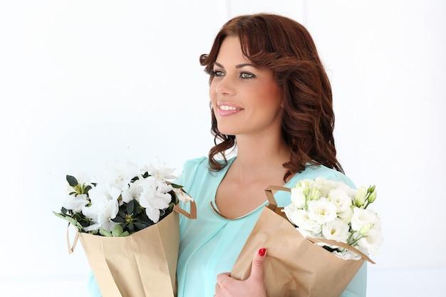 Donna attraente con fiori