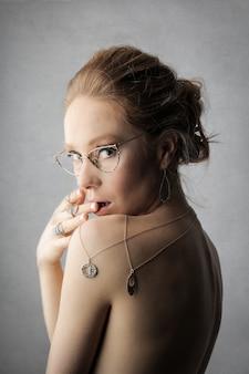 Donna attraente con gioielli