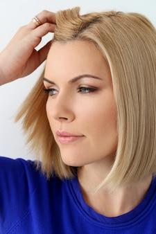 Donna attraente con gli occhi azzurri