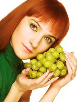 Donna attraente con grappolo di grap