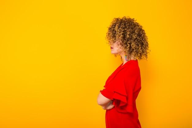 Donna attraente con i capelli corti ricci