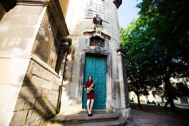 Donna attraente con sassofono in ucraina, europa