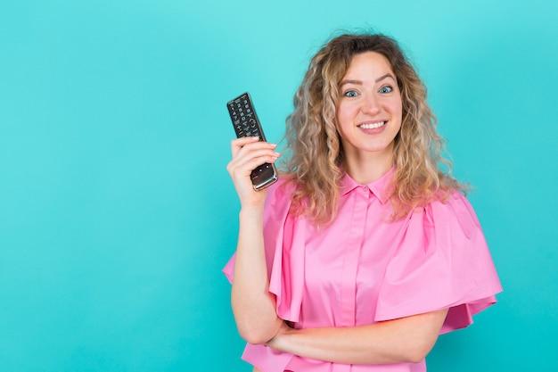 Donna attraente con telecomando