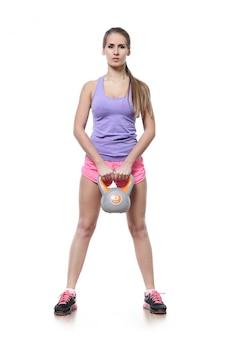 Donna attraente dell'atleta isolata
