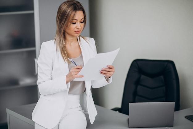 Donna attraente di affari che lavora nell'ufficio