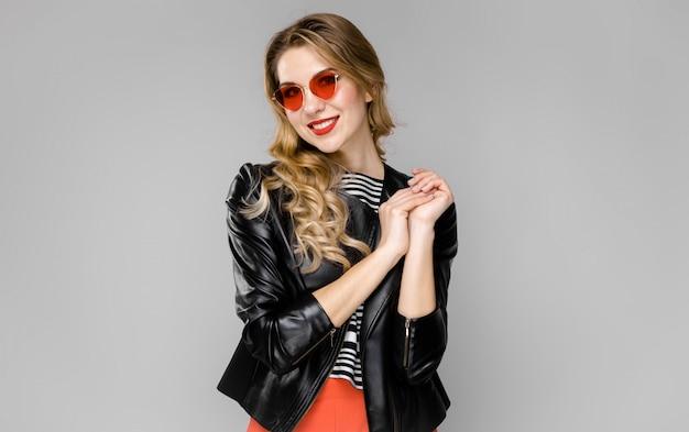 Donna attraente in abiti alla moda