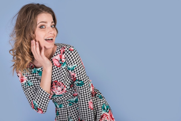 Donna attraente in abito elegante