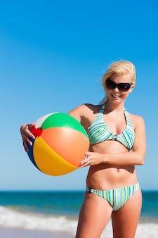 Donna attraente in bikini sulla spiaggia