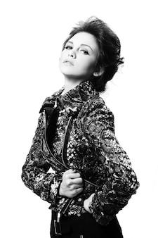 Donna attraente in giacca di pelle
