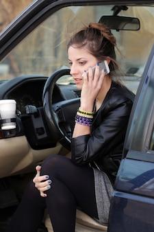 Donna attraente in macchina