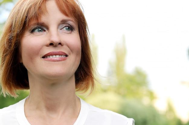 Donna attraente in un parco