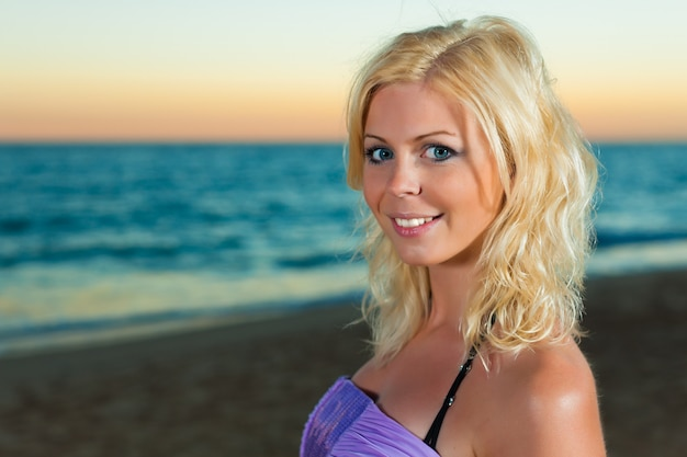 Donna attraente la sera in mare