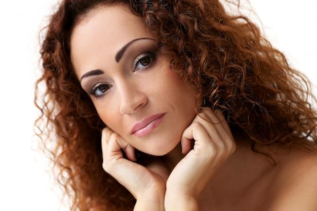 Donna attraente nella mezza età