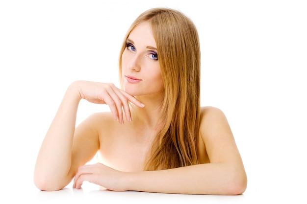 Donna attraente sopra bianco