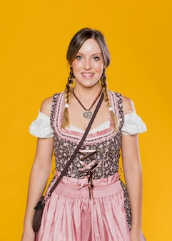 Donna bavarese tradizionale in abito