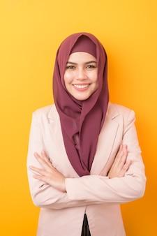 Donna bella business con ritratto hijab su sfondo giallo