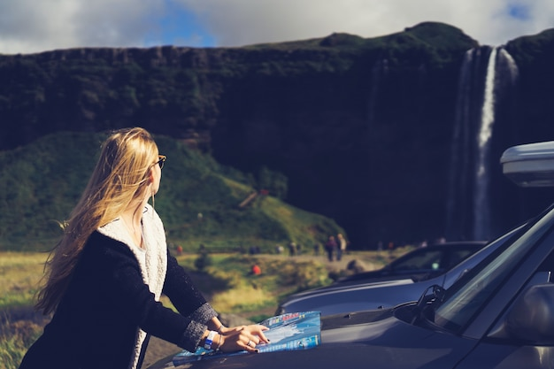 Donna bella strada di safari giovane