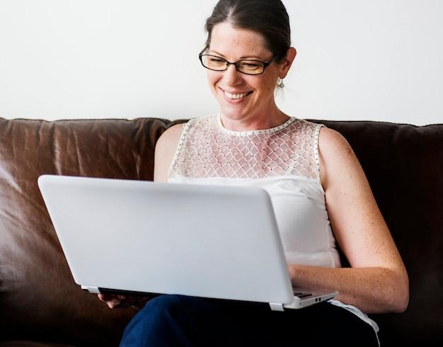 Donna bianca usando il portatile