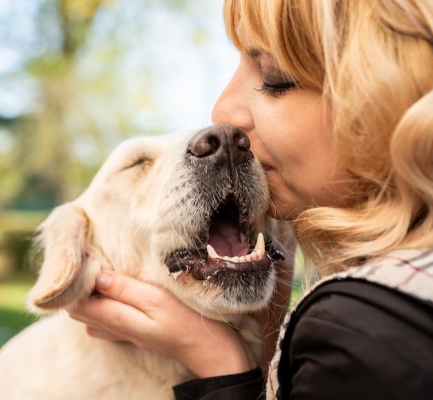 Donna bionda che abbraccia il suo cane del documentalista