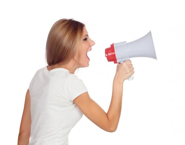 Donna bionda che grida con un megafono