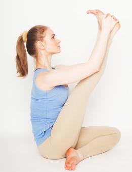 Donna bionda che lavora esercizio di yoga