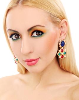 Donna bionda che mostra il suo aspetto colorato carino