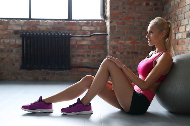 Donna bionda che riposa dopo l'esercizio.