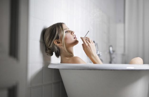 Donna bionda che si distende in un bagno