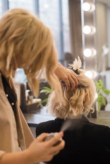 Donna bionda che si fa fare i capelli
