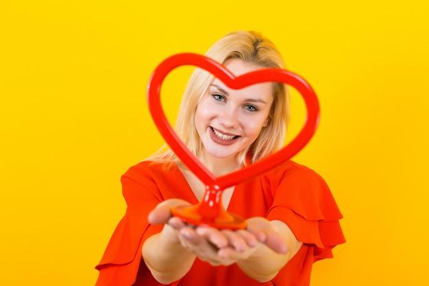 Donna bionda con forma di cuore di plastica