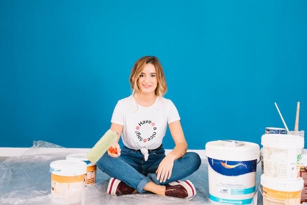 Donna bionda con i materiali della vernice