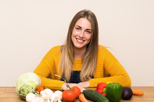 Donna bionda felice con un sacco di verdure