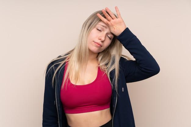 Donna bionda giovane sport con espressione stanca