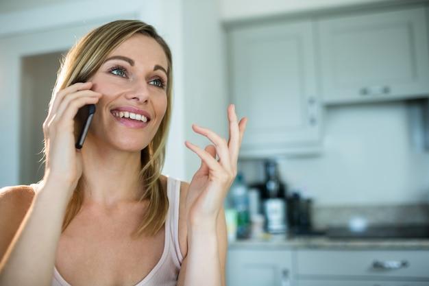 Donna bionda graziosa al telefono