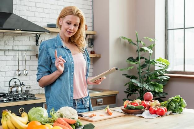 Donna bionda in cucina