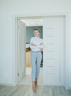 Donna bionda in ufficio