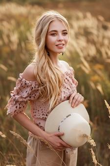 Donna bionda in un campo di grano
