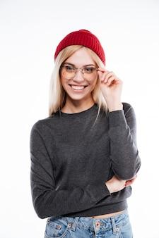 Donna bionda sorridente nello sguardo di vetro e del cappello