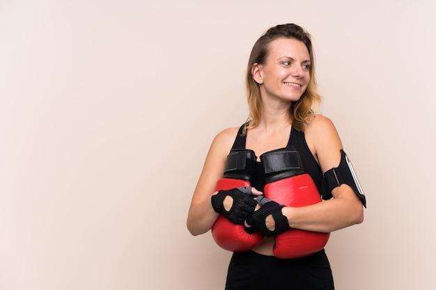 Donna bionda sportiva con guantoni da boxe